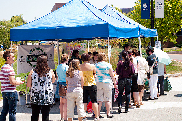 Lines formed early for the start of UConn's first farmer's market. (Jeff Gonci/UConn Photo)