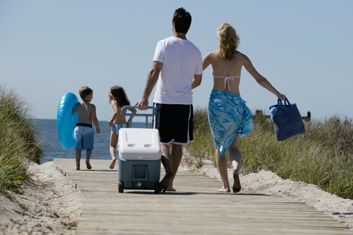 beach-family-picnic