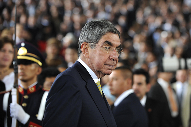 Costa Rica's President Oscar Arias arrives at the inauguration ceremony of El Salvador's Presdient Mauricio Funes in San Salvador on June 1, 2009. Funes, the first leftist president elected in the country in 20 years, has said he wants to establish full diplomatic relations with Cuba, ending El Salvador's status as the last Latin American holdout to normalization with Havana. AFP PHOTO/ Jose CABEZAS (Photo credit should read Jose CABEZAS/AFP/Getty Images)